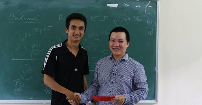 Trao chứng nhận hoàn thành khóa học dự toán cho bạn Hưng